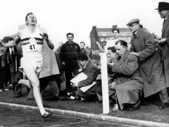 Roger Bannister beim Überqueren der Ziellinie.