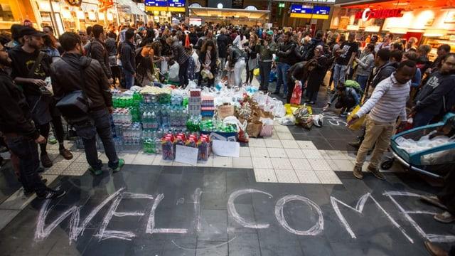 Menschen und Pakete in einer Bahnhofspassage