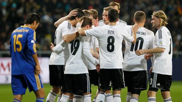 Die Deutschen feiern den Führungstreffer durch Bastian Schweinsteiger.