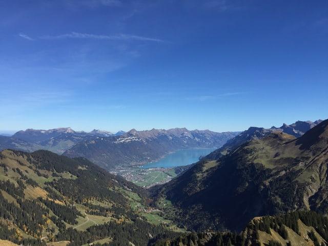 Blick von Berg auf Tal mit See, Wald uns Siedlung.