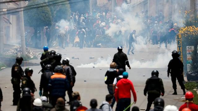 Strassenunruhen und Tränengas.