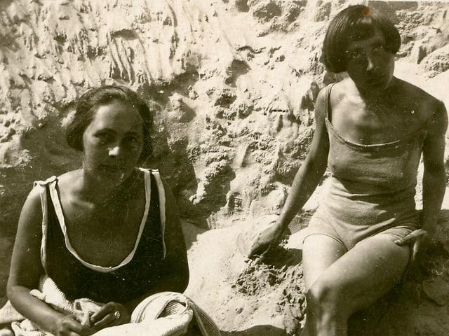 Zwei Frauen am Strand.