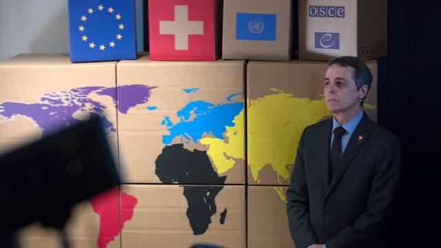 Ignazio Cassis declera davant studentas e students e schunralistas e schurnalists la politica da l'exteriur da la Svizra.