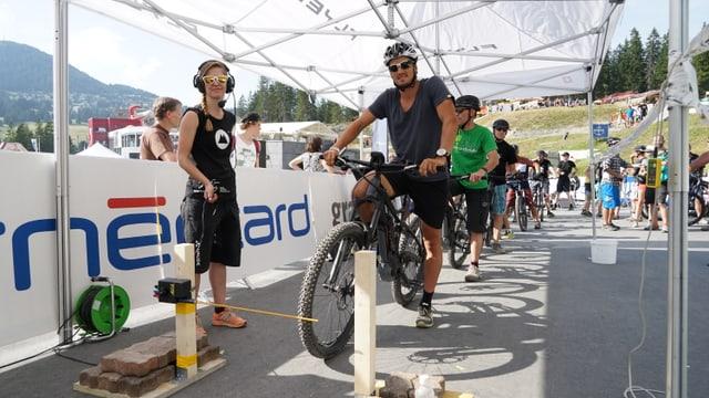 Jonas Baumann, il passlunghist da Lon è vegnì sisavel a la cursa cun mountainbikes electrics.