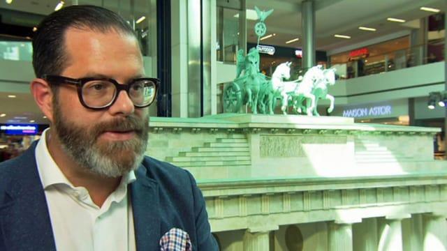 Mann mit Bart und moderner Hornbrille im Einkaufszentrum Glatt.
