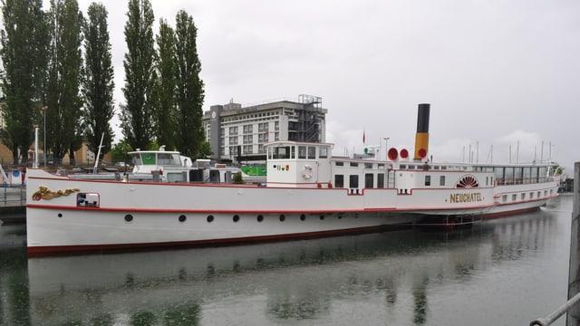 Das Dampfschiff im Hafen.