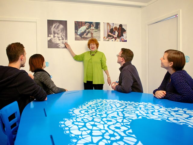 Vorstellungsrunde am grossen blauen Tisch.