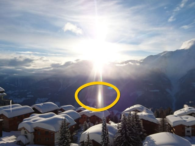 Lichtreflex vor Bergkulisse