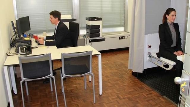 Improvisiertes Büro mit Tisch und Kabine.