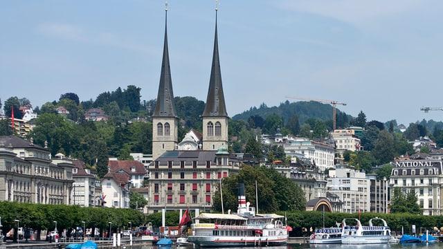 Ein Bild vom Quai in Luzern mit der Hofkirche im Hintergrund.