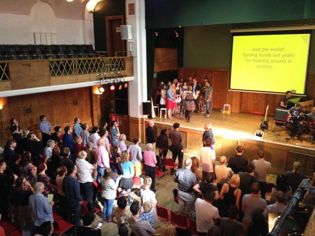 Ein Saal mit Besuchern der «Sunday Assembly»