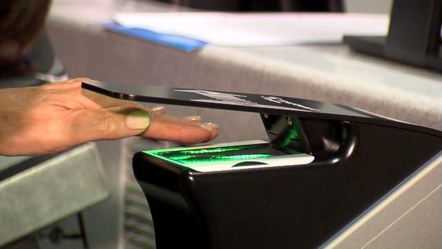 Eine Hand unter dem Fingerabdruck-Scanner