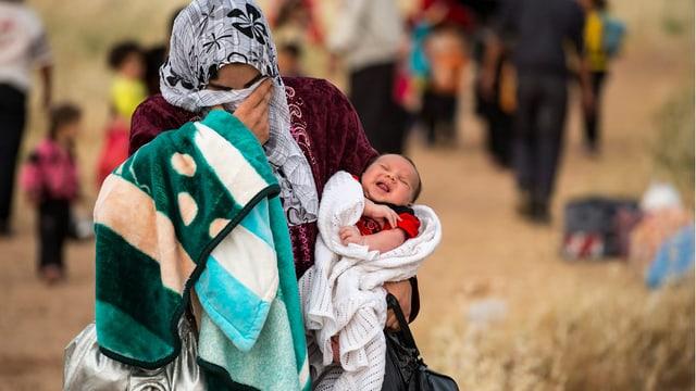 Diese Mutter flüchtet mit ihrem 1-monatigen Sohn aus Syrien.