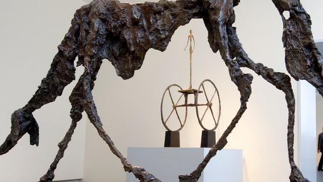 Zwei Skulpturen von Giacometti