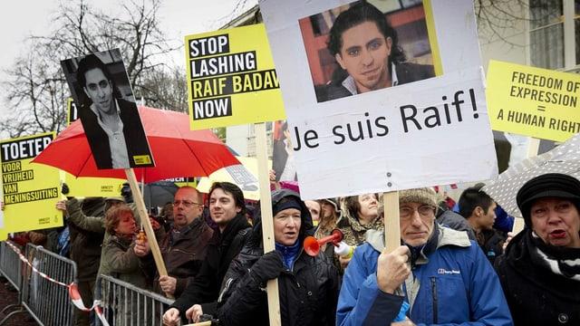 Menschen mit Protestplakaten.