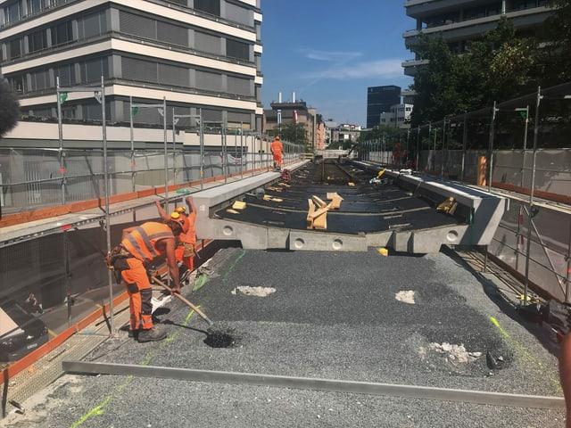 Bauarbeiter auf einer Bahnbaustelle.