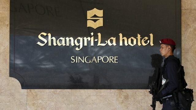 Ein Soldat hält Wache vor dem Shangri-La-Hotel in Singapur.