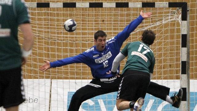 Handballgoali Roman Schelbert in Aktion.