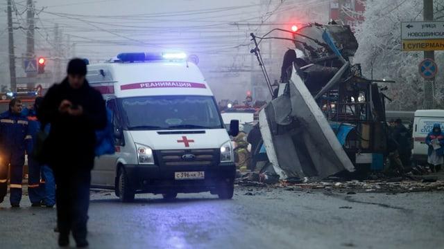 Krankenwagen neben zerstörtem Auto