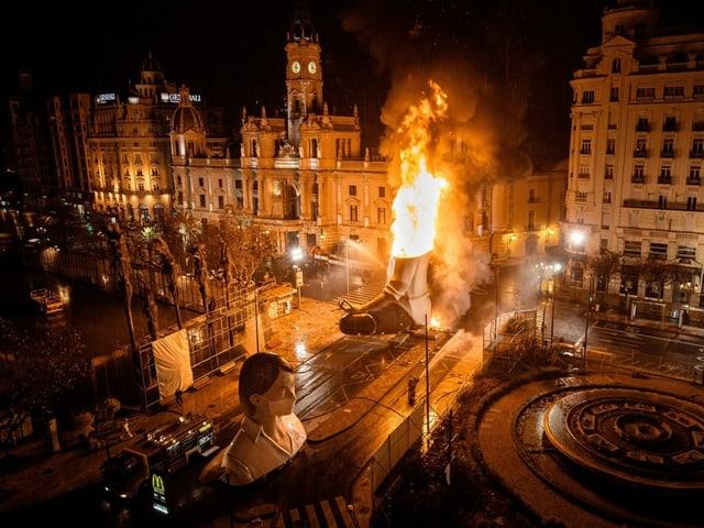 Brennende Skulptur