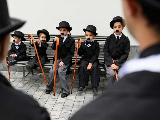 Kinder als Chaplin verkleidet.
