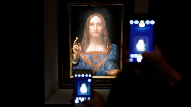 Jesusbild, das von Smartphones abfotografiert wird.