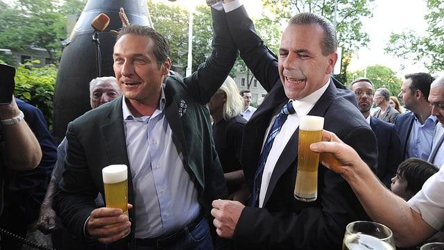 Strache und Vilimsky jubeln mit  einer grossen Stange Bier.