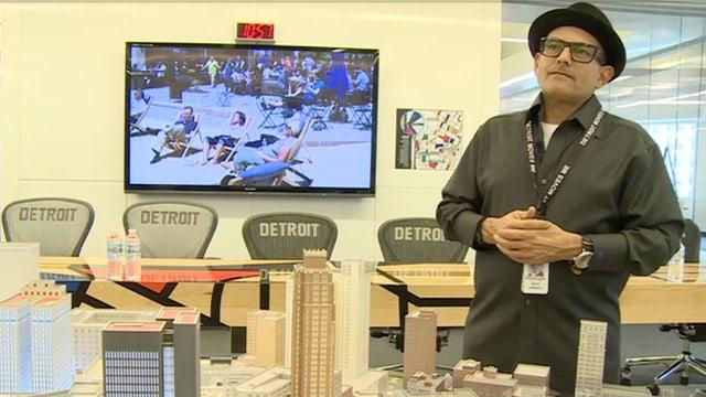 Bruce Schwartz steht vor einer Modelllandschaft der Stadt Detroit.