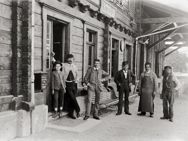 Das Schwarzweiss-Foto zeigt die Mitarbeiter des Bahnhofs Kloster im Jahr 1898.