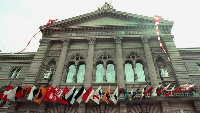 Das Bundeshaus mit den Kantonswappen.