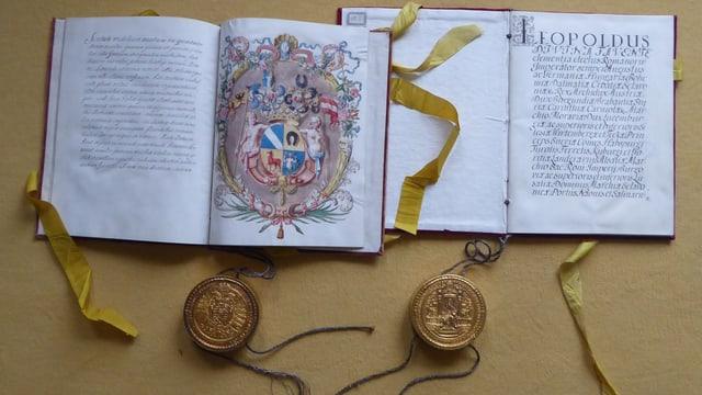 Fotografie von zwei Büchern mit Siegelkapseln.