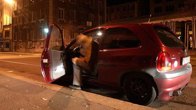 Um alcoholisà vid entrar en ses auto.