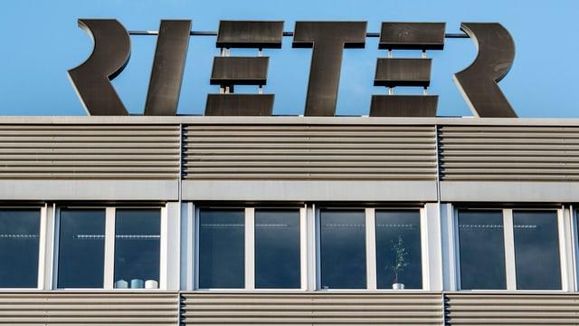 Gebäude mit dem Rieter-Logo auf dem Dach.