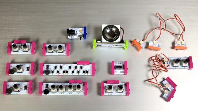 Alle Module des «Synth Kit» ausgebreitet.