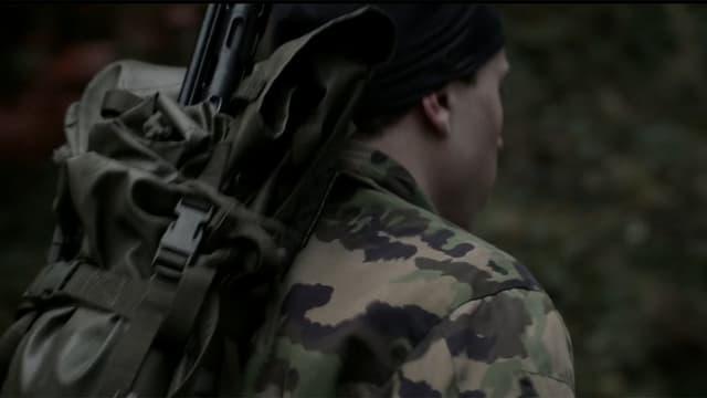 Waffenläufer mit Gewehr auf dem Rücken