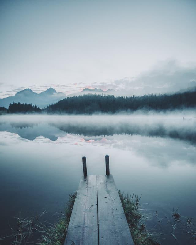Bella atmosfera sur in lai alpin.