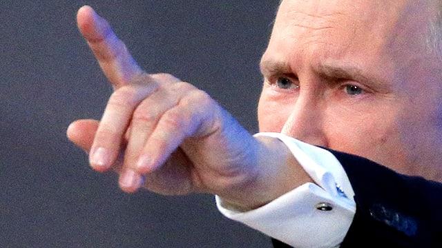 Wladimir Putin in einer Gesprächspose. Er weist mit dem Zeigefinger in die Ferne.