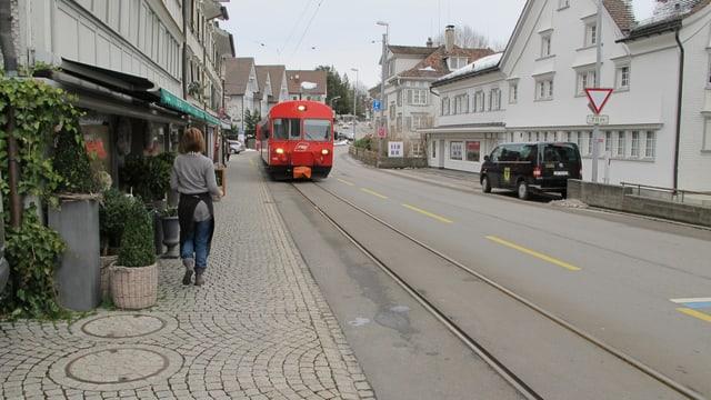 Die Appenzeller Bahn fährt durch Teufen.