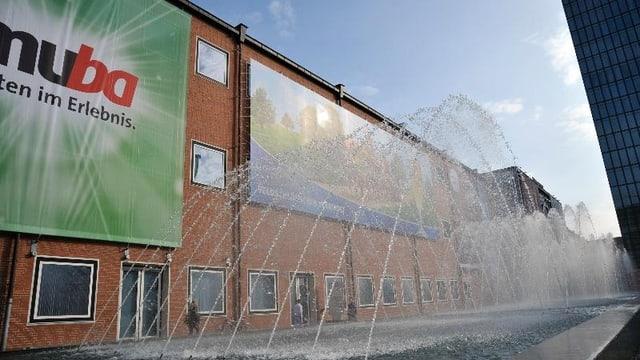 Das Gebäude der Schweizer Mustermesse mit einem Plakat der Muba