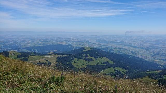Blick vom Gantrisch ins Flachland. In der trüben Pampe entsteht das Reizgas Ozon.