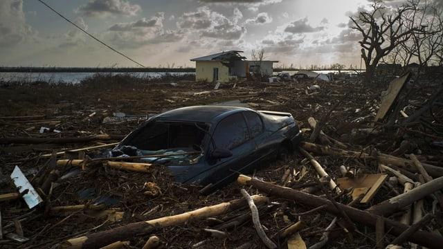 Zerstörte Häuser und Autos