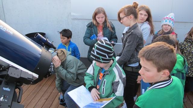Kinder bestaunen in der Sternwarte Schaffhausen den Mond durchs Teleskop.
