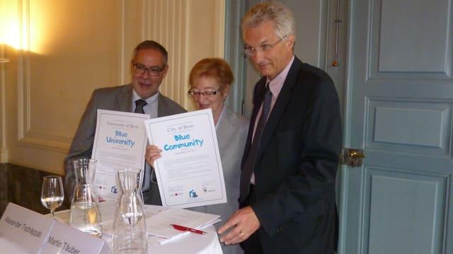 Blaue Labels für Bern: Stadtpräsident Alexander Tschäppät, Maude Barlow, Uni-Rektor Martin Täuber