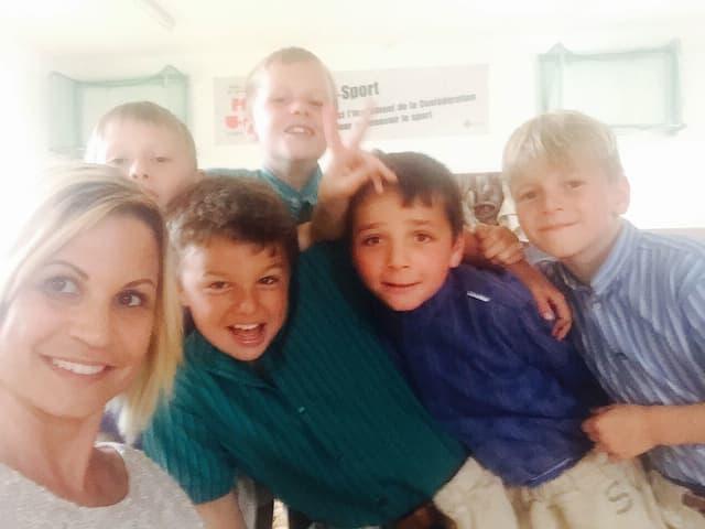Selfie: Tanja Dankner posiert mit den Jungschwingern von Kerzers.