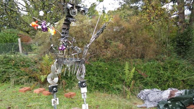 Skulptur aus Besteck, Golfschläger, Fotoapparaten und vielem Mehr in einem Vorgarten in Binningen.