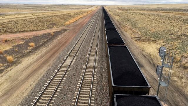 Zugwagen gefüllt mit Kohle