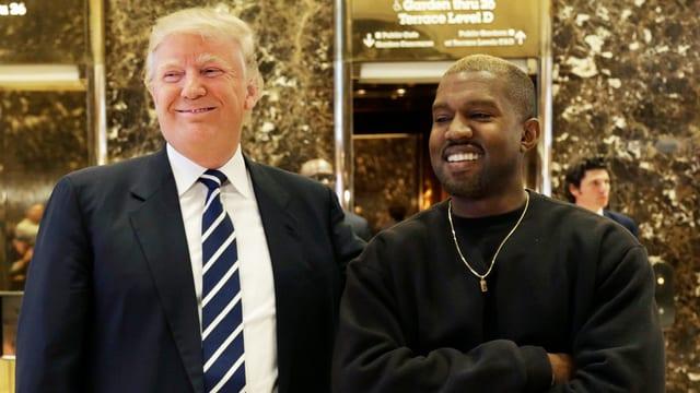 Trump und West posieren lachend nebeneinander.