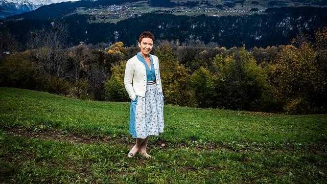 Portrait von Landfrau Flurina Candinas in der Tracht.