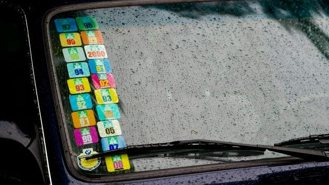 Autofensterscheibe mit vielen angeklebten Vignetten