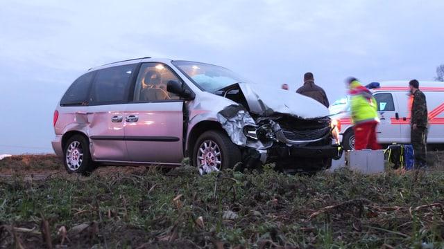 Im Auto der fünfköpfigen Familie wurde der Vater und ein Kind sind schwer verletzt.